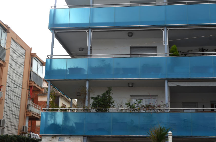 baranda-de-acero-inoxidable-con-cristal-azul-cerrajeria-construgama
