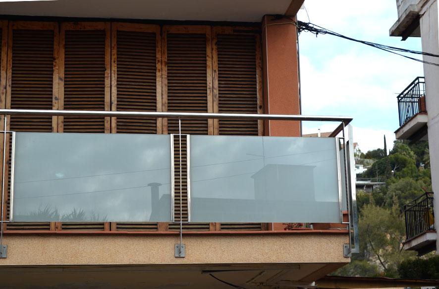 baranda-de-acero-inoxidable-con-vidrio-laminado-detalle