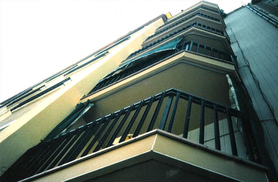 barandillas-hierro-barrotes-forma-U-hospitalet-cerrajeria-construgama