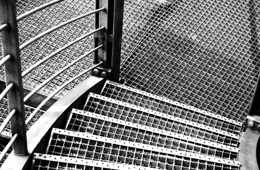 escalera-de-hierro-con-chapa-troquelada-cerrajeria-construgama