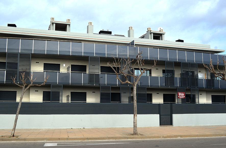 fachada-baranda-acero-inoxidable-con-cristal-negro-cerrajeria-construgama