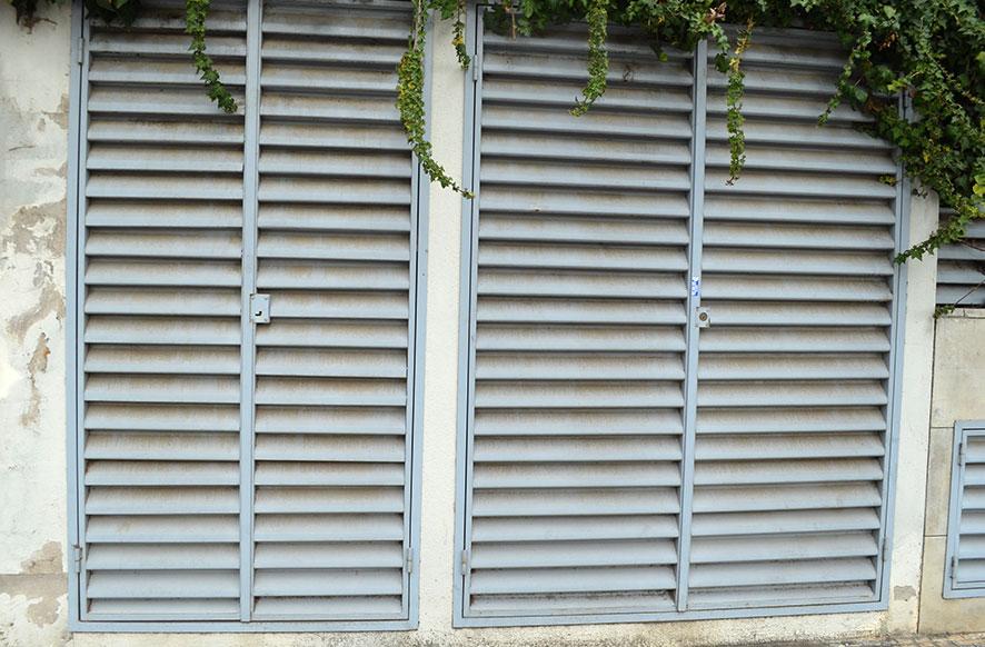 puerta de hierro de contadores de luz y agua veneciana de hierro